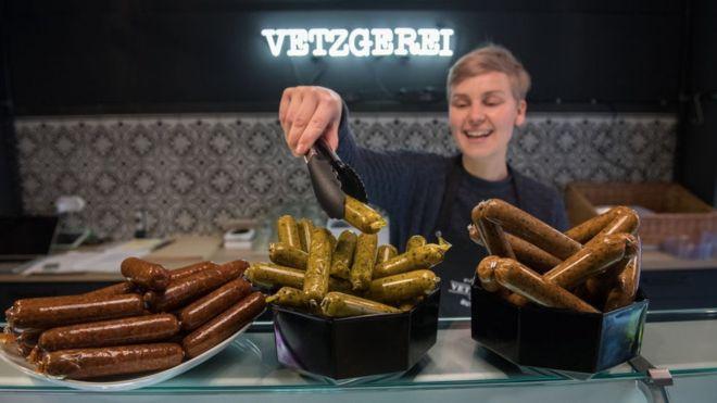 ¿Salchicha o tubo de vegetal? La polémica por cómo se debe llamar a la comida vegana