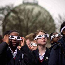 Oftalmólogo alerta que incluso utilizando anteojos especiales, niños y adolescentes corren riesgo al mirar eclipse