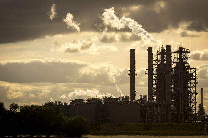 Activistas ambientales exigen a aseguradoras dejar de respaldar proyectos basados en carbón