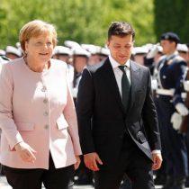 Merkel sufre temblores durante una ceremonia oficial y preocupa a Alemania