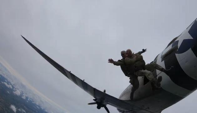 Veterano de guerra realizó el mismo salto en paracaídas luego de 75 años