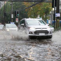 Ojo para los peatones: la desconocida ley que puede multar a los conductores que mojen a la gente en los días de lluvia