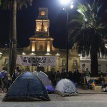 Carabineros desaloja improvisado campamento de estudiantes en la Plaza de Armas que protestaban contra la eliminación de Historia de la malla obligatoria