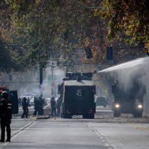 Profesores se cuadran con alumnos y expulsan a carabineros en el marco de las protestas en la Umce