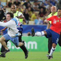 La agresión de Gonzalo Jara a hincha disfrazado que interrumpió el partido entre Chile y Uruguay