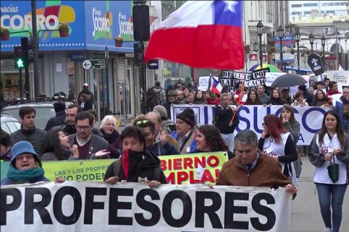 """Los profesores de Chile han salido a las calles para enseñar a los """"porros"""" de la élite"""