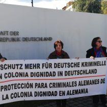 Manifestación en la embajada de Alemania por cierre de investigación contra Hartmut Hopp, ex médico de Colonia Dignidad