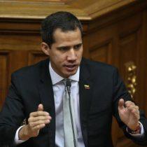 """Guaidó intenta entrar a la Asamblea Nacional saltando la reja y acusa al chavismo de """"asesinar la República"""""""
