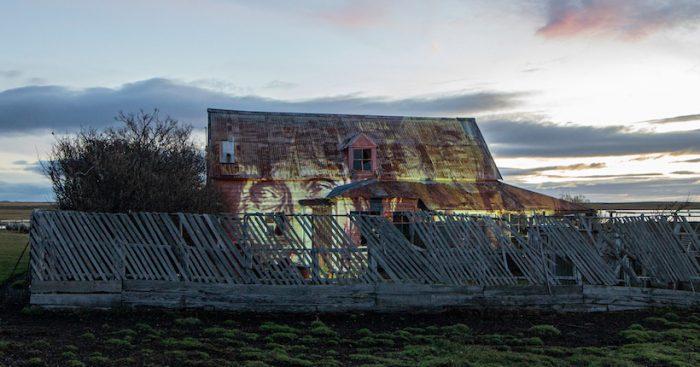 En memoria del pueblo Selknam: intervención lumínica proyecta rostro de Lola Kiepk en la primera estancia de Tierra del Fuego
