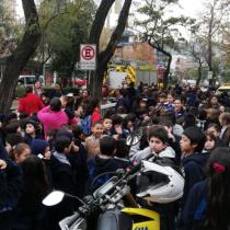 Evacuan dos colegios en Providencia debido a fuerte olor por impermeabilización de piscina