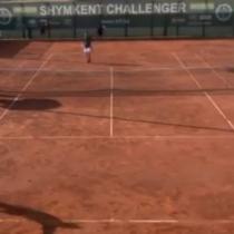 Desató su furia: tenista español destroza su raqueta tras quedar eliminado del challenger Shymkent II