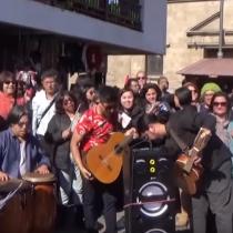 """""""Y ahora que se vaya la ministra Cubillos"""": profesores piden salida de la titular del Mineduc al son de """"La Piragua"""""""