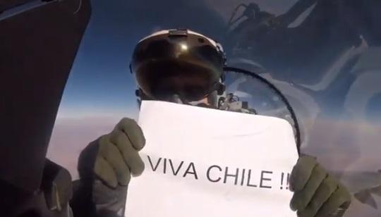 Piloto de la Fach envía apoyo a la selección chilena desde 40 mil pies de altura