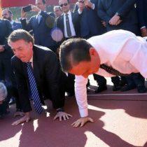 Bolsonaro festeja acuerdo deportivo para personas con discapacidad en Brasil realizando flexiones falsas