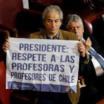 Presidente del Colegio de Profesores pide respeto a Piñera con un cartel en plena Cuenta Pública