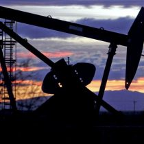Precio del crudo se dispara por round entre Estados Unidos e Irán