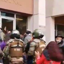 Carabineros desaloja a profesores de la Intendencia de Valparaíso luego de lanzar bombas lacrimógenas al interior de sus oficinas