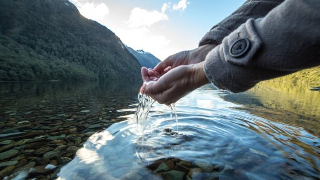 Qué hay detrás de la moda de beber agua cruda (y los riesgos para la salud)