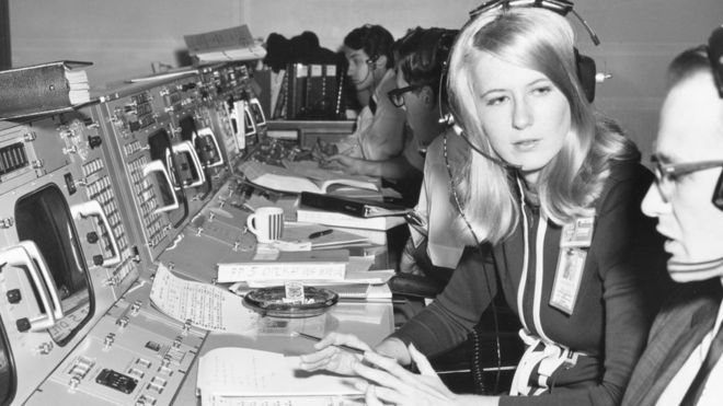 """""""Sentí mucho más sexismo por parte de la prensa que de los otros ingenieros"""": Frances Northcutt, la primera ingeniera en el centro de control de las misiones Apolo"""