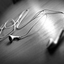Audífonos y música a alto volumen: la práctica que aqueja al oído juvenil (y como evitar sus riesgos)