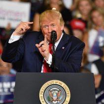 """""""¡Envíenla de vuelta!"""": cántico racista en acto de Trump eleva la tensión"""