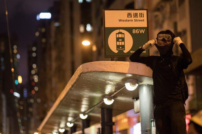 Hong Kong, conmocionada por el ataque impune a manifestantes en el metro