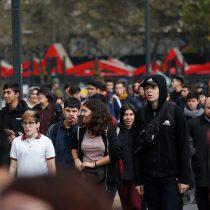 """""""Falsa, injusta y sorda"""": estudio de la UDP revela una crítica percepción de los jóvenes hacia la democracia"""