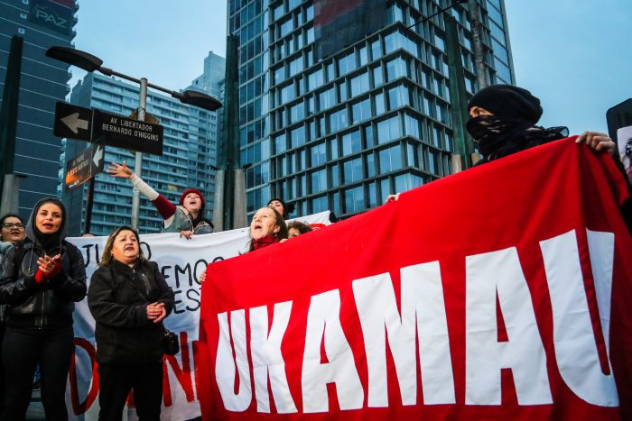 Manifestantes del movimiento Ukamau cortan el tránsito en diversos puntos de Santiago