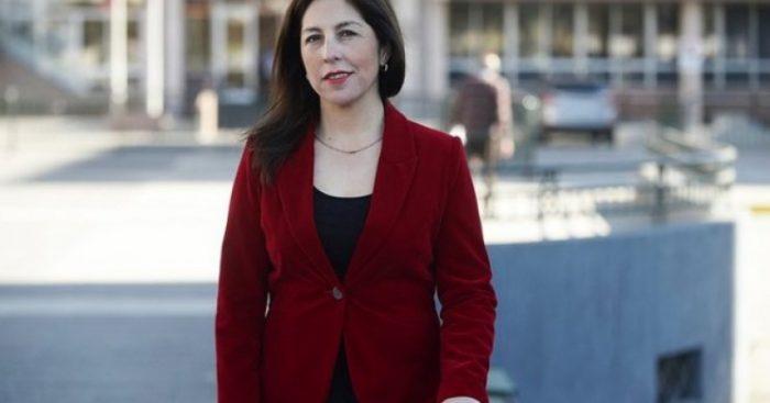 Exconcejala cuñada de diputada Camila Flores se entrega a la policía para cumplir condena por estafas al Fisco