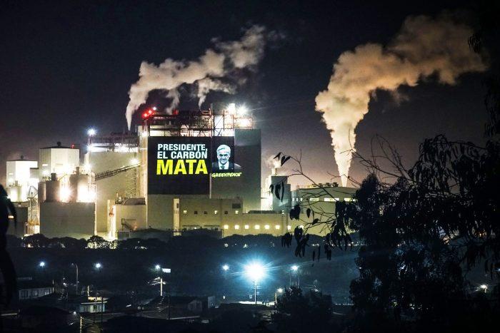 """Con proyecciones gigantes sobre termoeléctrica en Puchuncaví, ambientalistas recuerdan a Piñera que """"el carbón mata"""""""