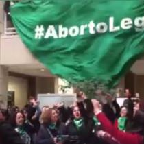 """Con """"pañuelazo"""" en el Congreso, organizaciones feministas y diputadas convocan a marcha por el aborto legal, seguro y gratuito"""