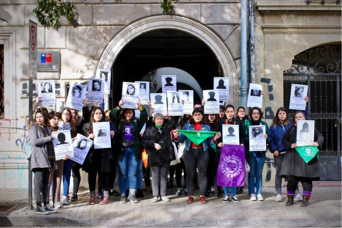 """""""Interpelamos a la justicia patriarcal"""": múltiples organizaciones feministas intervinieron dependencias del Sernameg"""