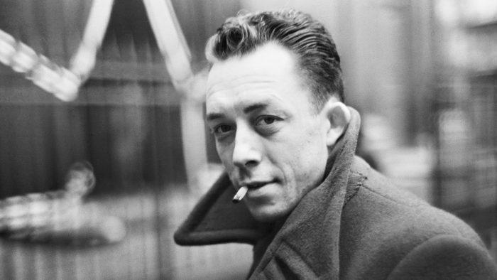 """Albert Camus en Chile: a 70 años de la conferencia """"El Tiempo de los Asesinos"""" que dio el Nobel en Santiago en medio de protestas callejeras"""