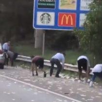 Automovilistas se bajan en plena carretera para recoger dinero que se cayó de camión blindado en Estados Unidos