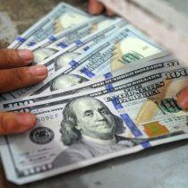 Dólar alcanza máximos históricos y llega a $830 influido por la expansión del coronavirus