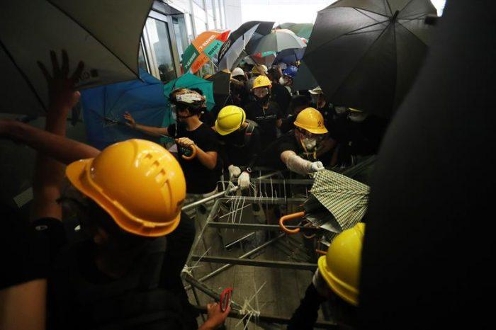 Protestas en Hong Kong: policías y manifestantes se enfrentan en el aniversario del retorno de la región a manos chinas