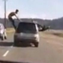 Graban a dos jóvenes realizando arriesgadas maniobras sobre auto en movimiento en ruta de Concepción
