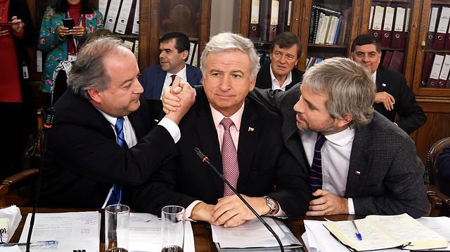 """Ministro Larraín ante propuesta opositora de subir a 6% la cotización previsional extra: """"No es llegar y proponer"""""""