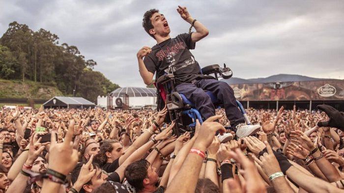 Metalero en silla de ruedas vivió concierto a lo rockstar en España