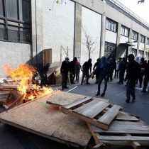 Incidentes en el Instituto Nacional: encapuchado es alcanzado por las llamas de su propia molotov
