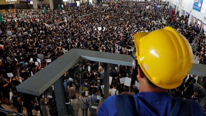Protestas en Hong Kong: los manifestantes toman el aeropuerto y obligan a cancelar vuelos por segundo día consecutivo