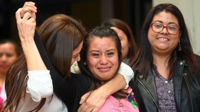Aborto en El Salvador: absuelven a Evelyn Hernández, la joven que dio a luz a un bebé muerto tras ser violada
