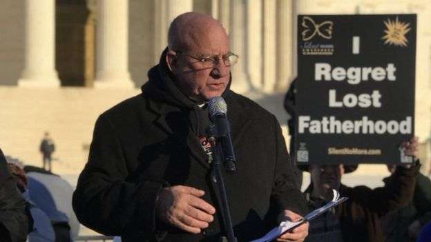 Aborto: los hombres que se sienten excluidos del debate sobre la interrupción voluntaria del embarazo en EE. UU.
