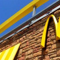 McDonald's suma y sigue: hombre halla gusano en una hamburguesa de local santiaguino