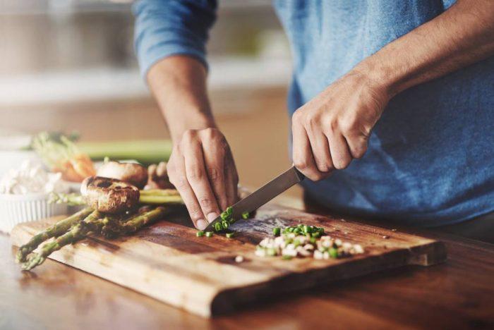 Chilenos sin tiempo: el 90% de las personas no se hace cargo de su alimentación