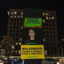 Greenpeace recrea incendio de la Amazonía en el consulado de Brasil