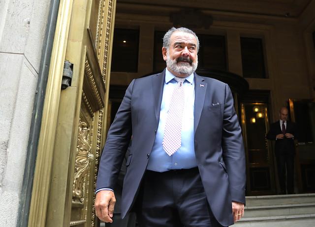 Luksic desmiente despidos masivos en Banco de Chile pese a cierre de sucursales