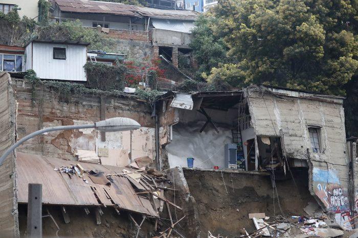 Colapsó otra parte de la casa que se derrumbó ayer en Valparaíso