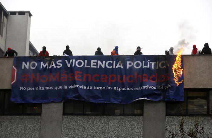 Discusión entre encapuchados y apoderados marca nueva jornada de incidentes en el Instituto Nacional