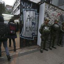 Gas pimienta al interior del recinto y seis carabineros heridos fueron parte de una nueva jornada de enfrentamientos en el Instituto Nacional